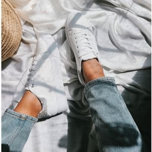 🆕️The 2000's// White rhinestone detail Sneaker